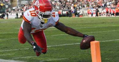 Hill returns to action with 2 TDs in Chiefs' loss