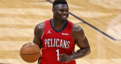 Pelicans' Zion Williamson out indefinitely with fractured finger, VP David Griffin blames officiating
